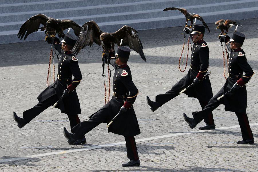 Trois aigles et trois faucons de l'armée mexicaine ont inauguré le défilé du 14 juillet