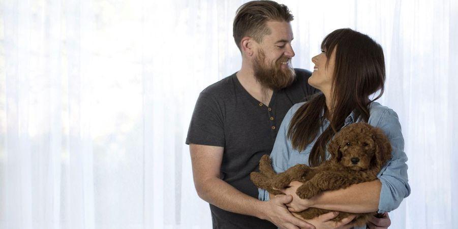 Un couple sans enfant pose avec son chien