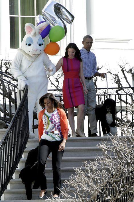 Bo et Sunny participent à la chasse aux oeufs de Pâques de la Maison-Blanche, en avril 2015
