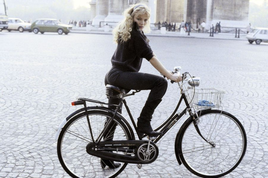 Arielle Dombasle à vélo, place de l'étoile en Août 1983