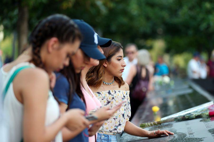 Les gens se recueillent au Mémorial du 11-Septembre de New York
