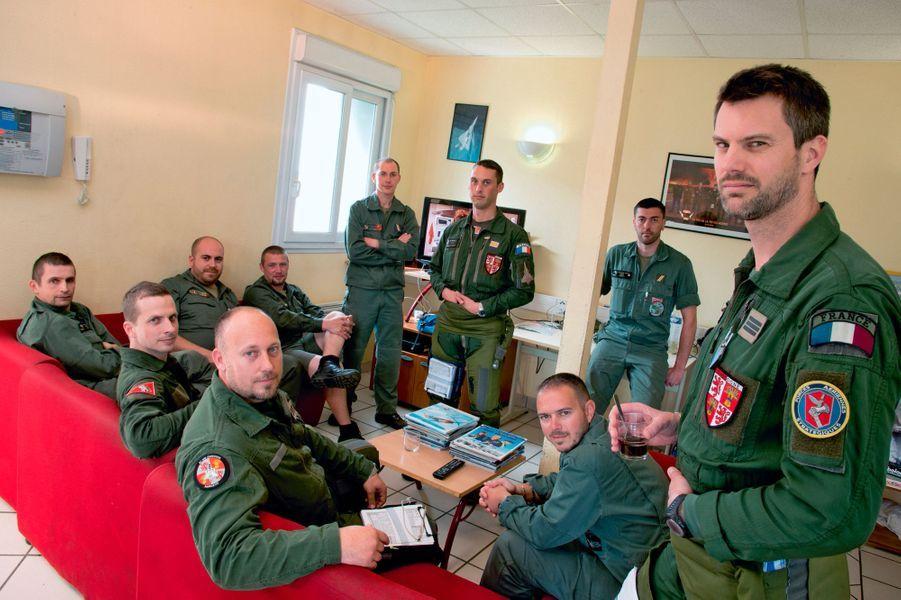 Permanence opérationnelle pour l'escadron Gascogne, à Saint-Dizier. L'équipe technique et deux pilotes, reconnaissables à leur écusson tricolore. 24 heures sur 24, deux Rafale peuvent décoller pour un exercice, une assistance ou une interception réelle. Ils sont alors susceptibles d'ouvrir le feu.