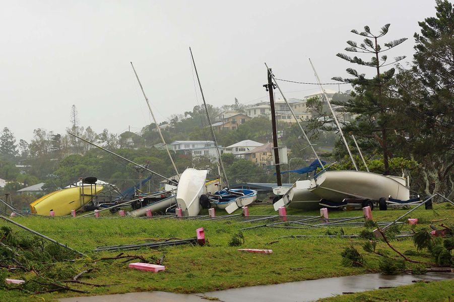 En février, les côtes australiennes du Queensland (Australie) ont été frappées par le cyclone Marcia, endommageant des centaines d'habitationset privant d'électricité des dizaines de milliers de foyers. En dépit de l'ampleur des destructions, les autorités n'ont recensé aucun mort, blessé grave ou disparu. L'Etat du Queensland a été frappé par plusieurs tempêtes et cyclones ces dernières années, dont le cyclone Oswald, également classé en catégorie 5, qui avait provoqué des inondationsdans une partie de l'Etat en 2013.