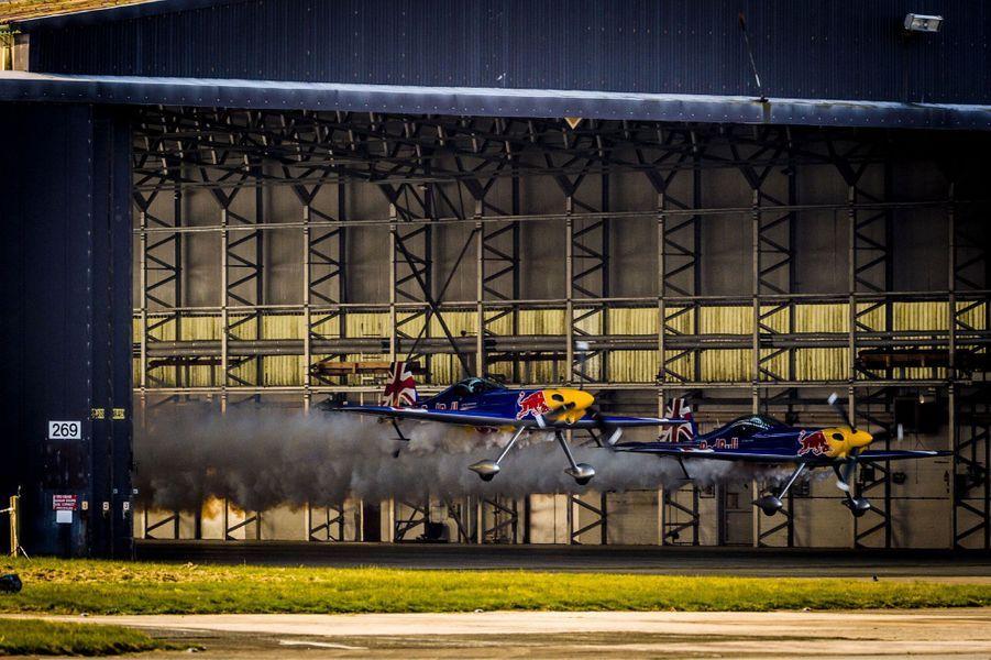 Paul Bonhomme et Steve Jones sont passés à 300 km/h sous un hangar de 7,5 mètres de hauteur.