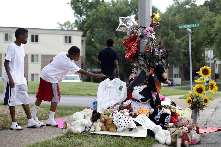 Toujours des hommages à l'endroit où Michael Brown est mort