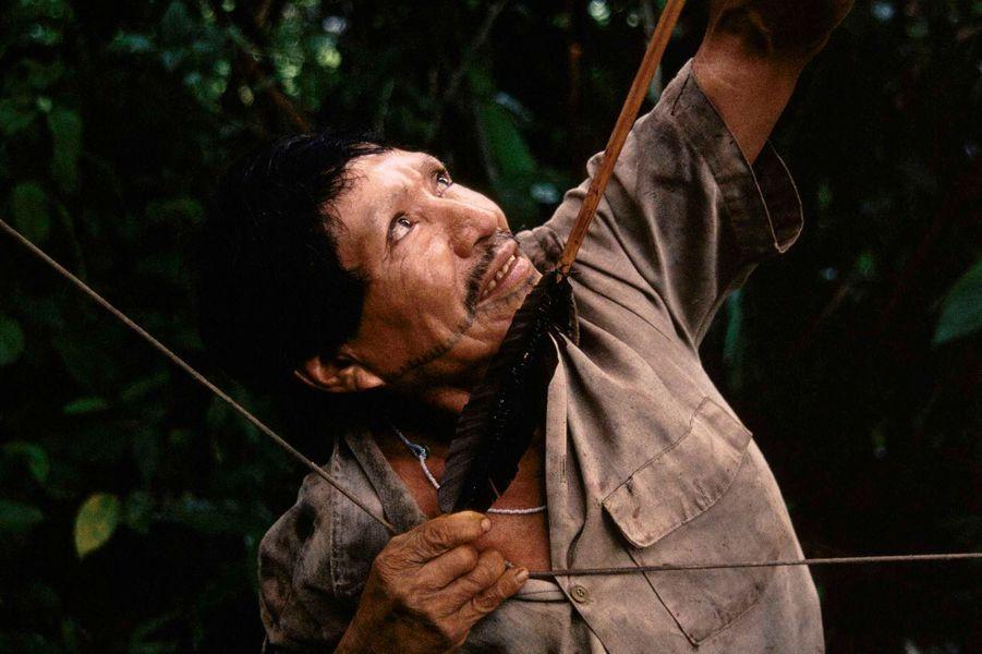 Les Matsés sont d'habiles chasseurs et experts dans l'utilisation de l'arc et des flèches dont la hampe est en bambou et décorée de fil de coton et d'herbe dorée. Leurs proies favorites sont des singes araignées, des pécaris à bec blanc, des tapirs, des singes laineux et des tatous ; en saison sèche, ils collectent des oeufs de tortues de rivière.En 1969, ils furent contactés par des missionnaires évangélistes américains dont l'arrivée fut consécutive à des heurts très violents avec des colons qui cherchaient à ouvrir une piste à travers leur territoire.