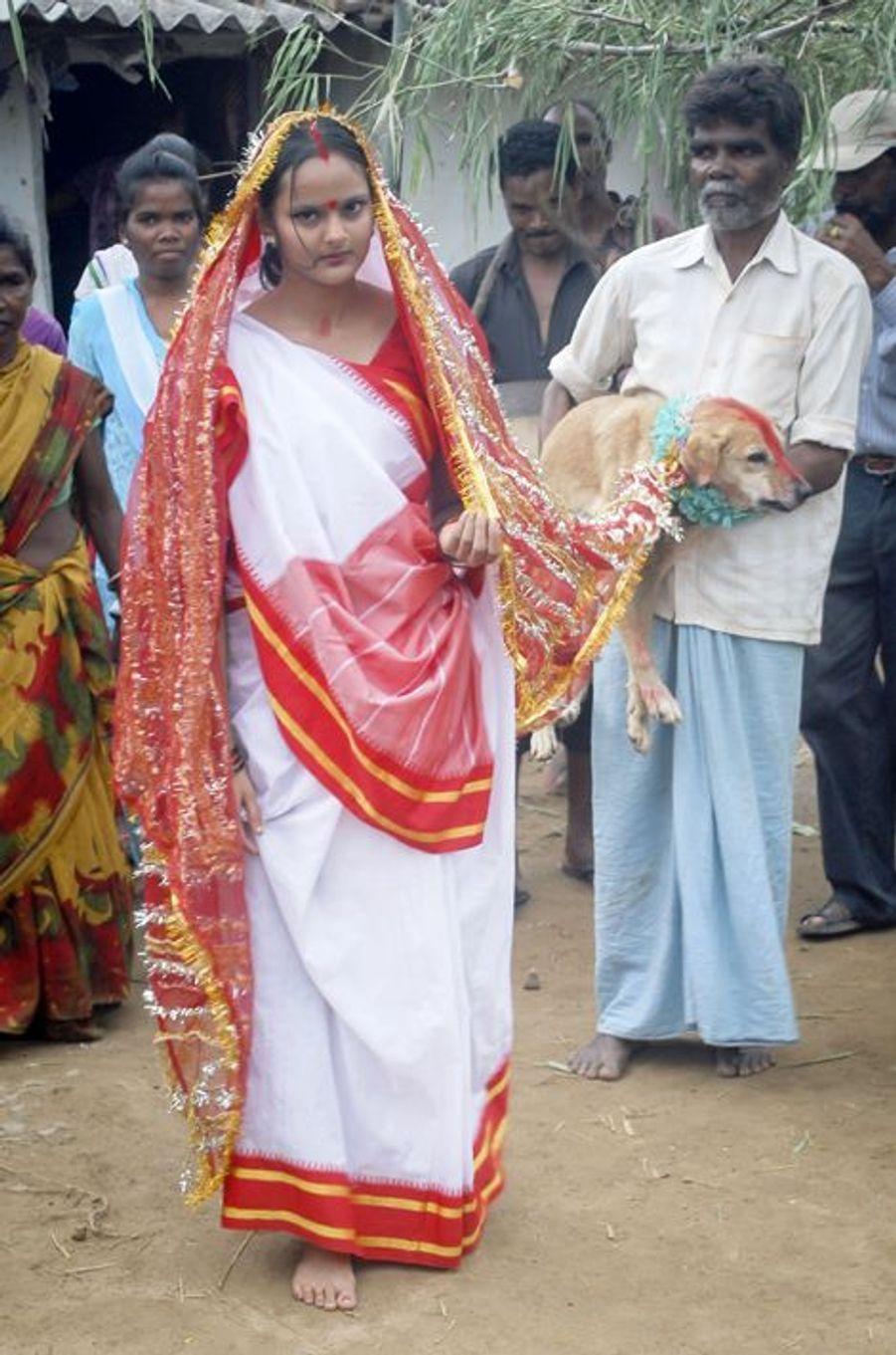 Mangli, 18 ans, a épousé Sheru le chien