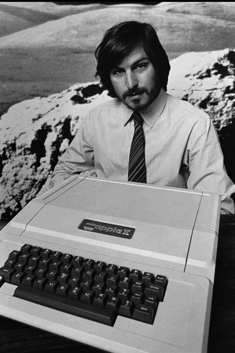 1977. Le deuxième ordinateur Apple, l'Apple II, possédait 4 ko de mémoire RAM. Pour comparer, les iPhones d'aujourd'hui sont 1800 fois plus...