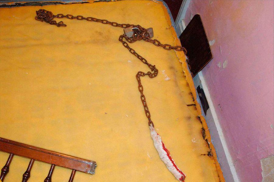 Lors du procès de son tortionnaire, Gina DeJesus, capturée à 14 ans, a indiqué que les captives étaient dans un premier temps enchaînées dans le sous-sol, avant d'avoir le droit d'évoluer dans quelques pièces étroites, derrières des portes étroitement fermées.
