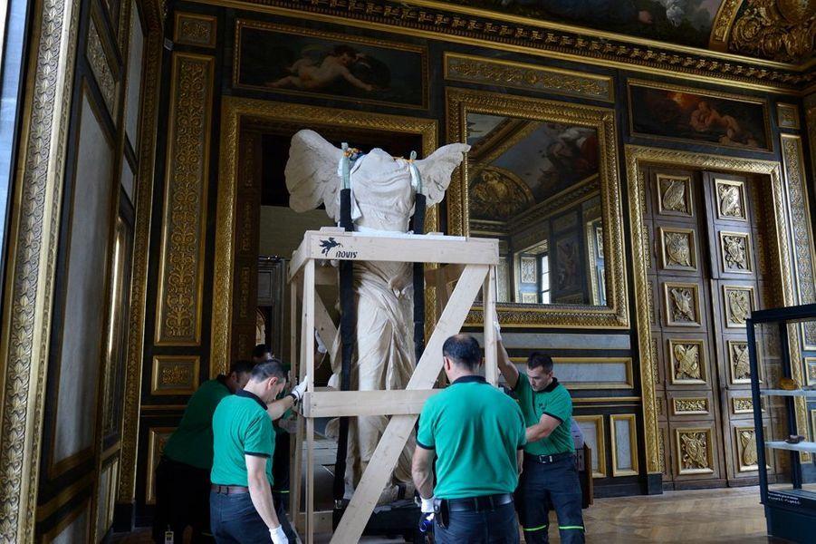 La monumentale statue quitte la salle des verres. Les portes ont du être dégondées pour permettre son passage.