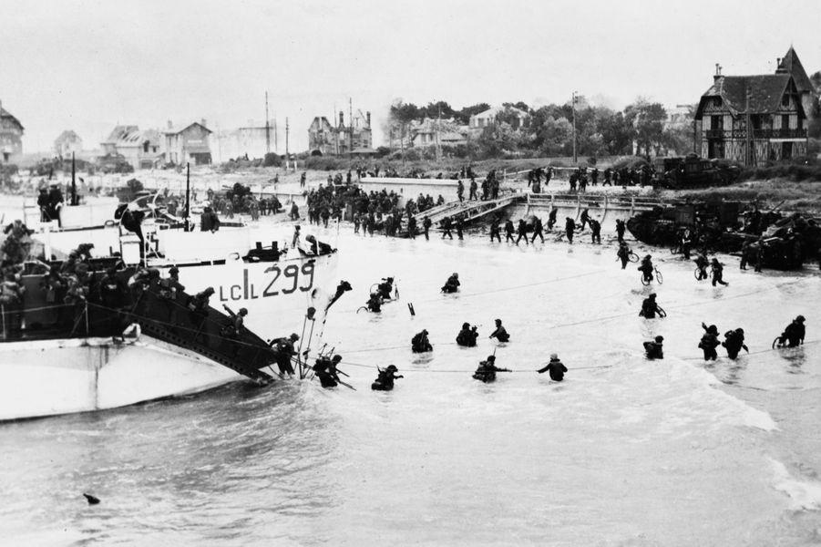 Les Anglais et les Canadiens arrivent à Juno Beach