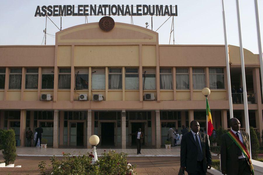 19 février, des membres du parlement malien quittent l'Assemblée nationale du Mali, à Bamako.