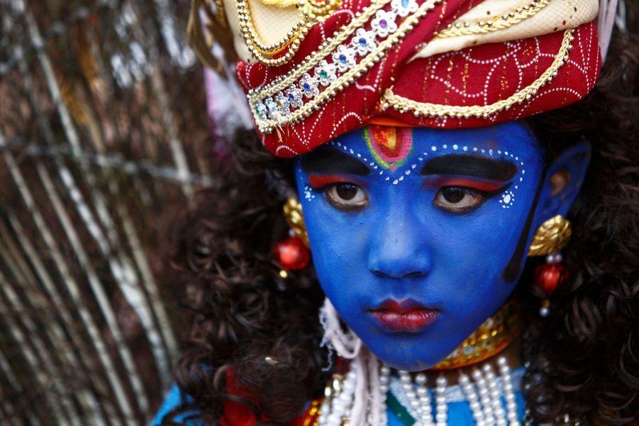 Un petit garçon en Lord Krishna