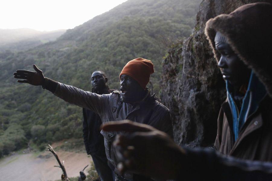 De leur cachette, les migrants dominent les montagnes alentours.