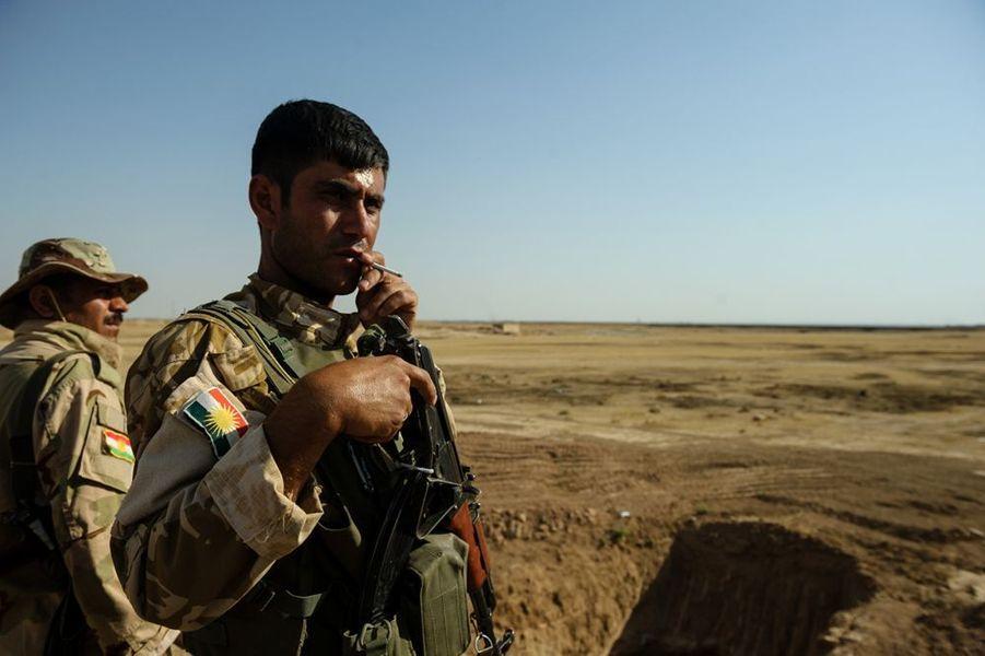 Entre les djihadistes sunnites de l'EIIL (Etat Islamique en Irak et au Levant) et le gouvernement chiite de Nouri Al-Maliki aux abois, les Kurdes sont convaincus d'avoir une carte à jouer. Le Kurdistan irakien, au nord-est du pays, concentre d'importantes réserves pétrolières. Tout en rêvant d'indépendance, les quelque 25000 combattants kurdes surveillent l'avancée djihadiste. Pour Paris Match, le photoreporter Christophe Petit Tesson a suivi le quotidien des soldats Peshmergas, littéralement «ceux qui font face à la mort»...Des combattants Peshmergas Kurdes occupent des territoires à l'ouest de Kirkouk. Les Kurdes tiennent les anciennes positions abandonnées par l'armée irakienne sur une ligne au delà de laquelle ils font face aux combattants de EIIL.