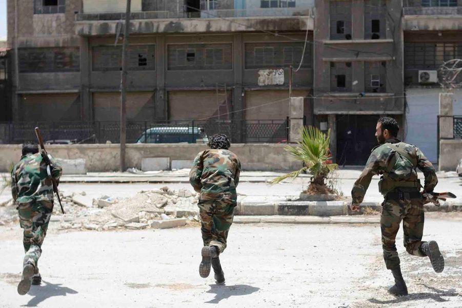Une rue qui mène à la ligne de front se trouve dans le champ de vision des snipers.