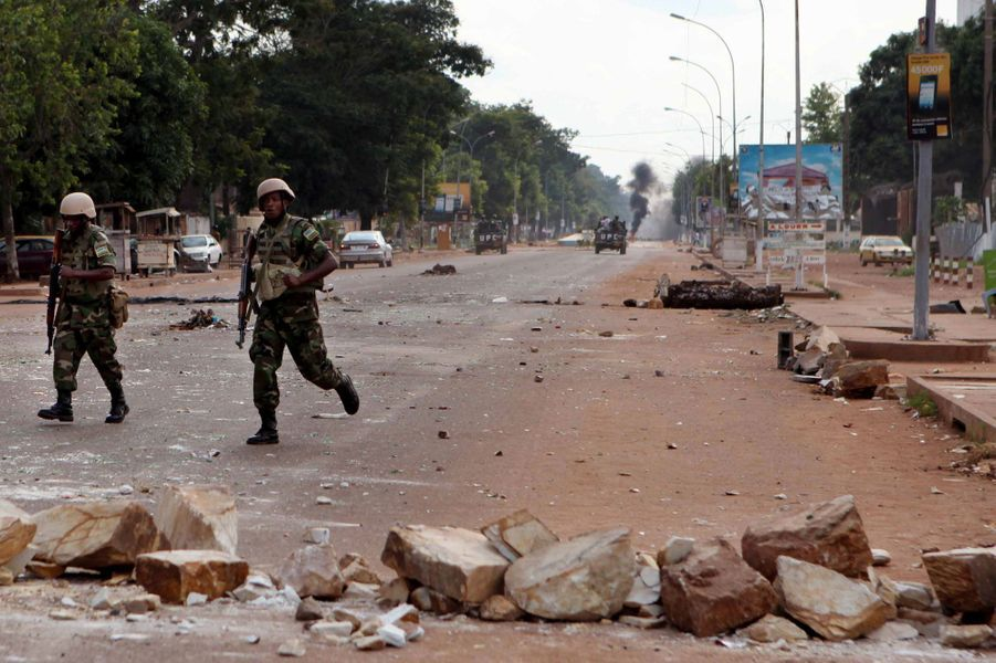 Des soldats de la Misca déblayent des barricades érigées par les manifestants sur l'un des axes principaux du centre ville de Bangui.