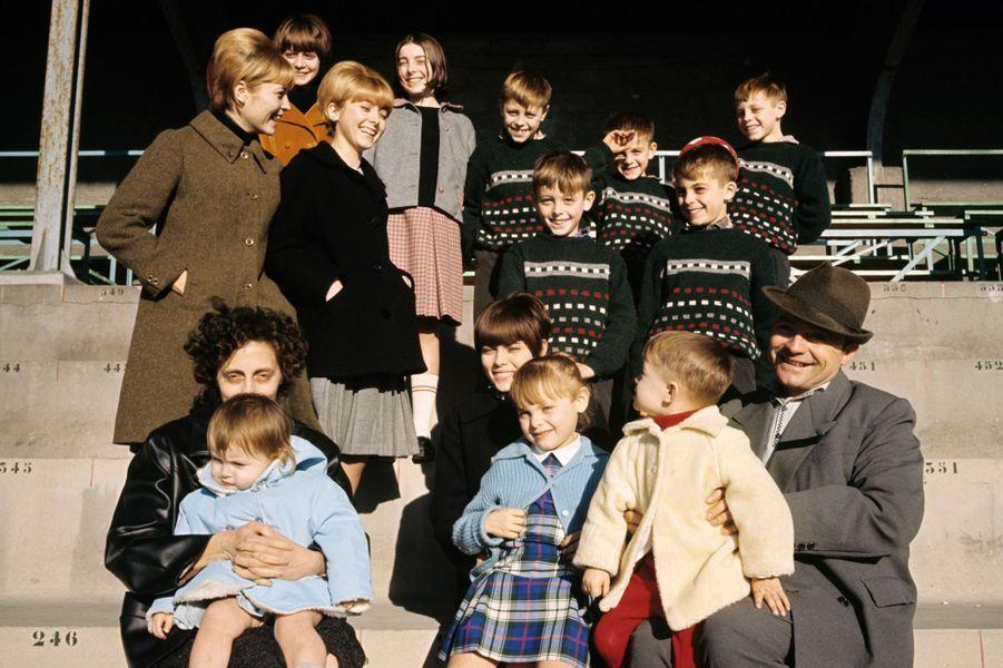 Mireille Mathieu et ses douze frères et soeurs, en janvier 1966