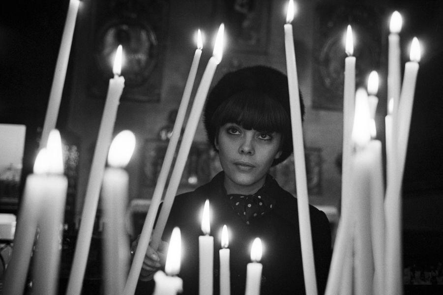 Mireille Mathieu se recueille dans sa ville natale, Avignon en janvier 1966
