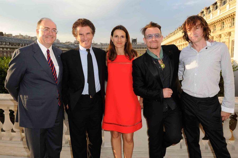 Bono est entouré de l'ambassadeur d'Irlande à Paris Paul Kavanagh (à gauche), Jack Lang, Aurelie Filippetti et Cali