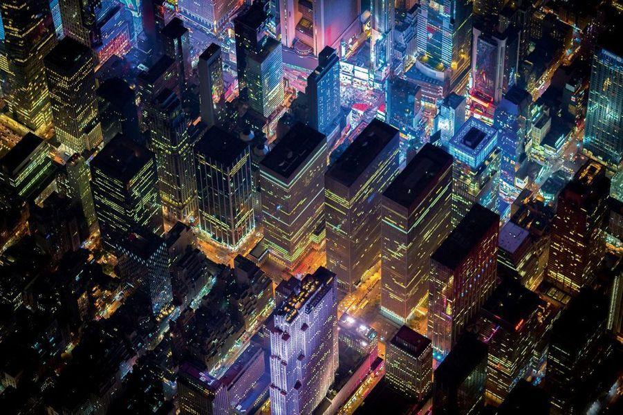 La tour Rockefeller (en bas, en mauve) et Times Square (en haut).