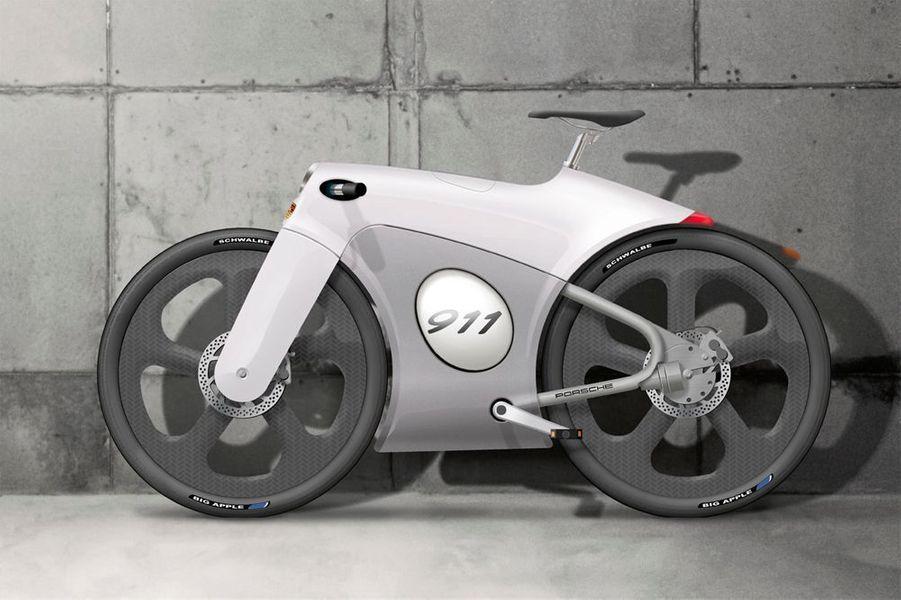 Avant, le vélo était le moyen de transport des gens fauchés. Depuis quelques années, design et haute technologie l'ont rendu tendance. Notre sélection pour citadins branchés.Ce saisissant concept bike est l'oeuvre du designer industriel néerlandais Bastiaan Kok. Son carénage enveloppant, en aluminium moulé d'une seule pièce, remplace le cadre du cycle. Mille détails s'inspirent de la Porsche 911. Technologie pointue avec un guidon surbaissé pour l'aérodynamique, des pneus Schwalbe de 60 mm sur jantes en carbone, des freins à disque et une transmission par arbre intégrée au cadre. A l'arrêt, le casque se loge au centre du carénage.