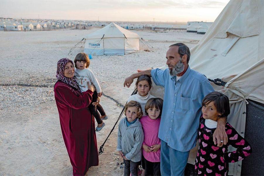 Abou Raafat, 47 ans. A l'entrée de la tente fournie par le HCR, avec sa femme, ses quatre filles et une petite voisine, il s'est autoproclamé porte-parole de la population du camp.