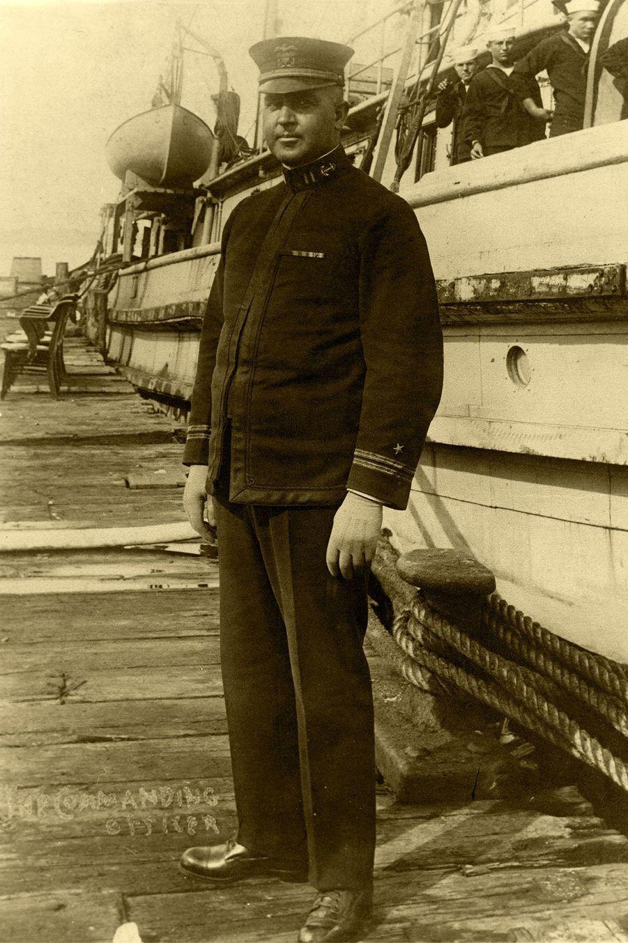 Le lieutenant Ernest L. Jones, officier commandant sur l'USS Conestoga