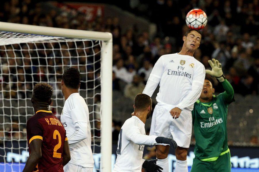 Cristiano Ronaldo au summum de sa concentration pour marquer face à l'AS Roma.