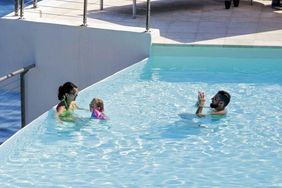 Olviier Giroud profite d'un moment dans la piscine pour prendre en photo les deux femmes de sa vie, Jennifer et leur petite Jade.