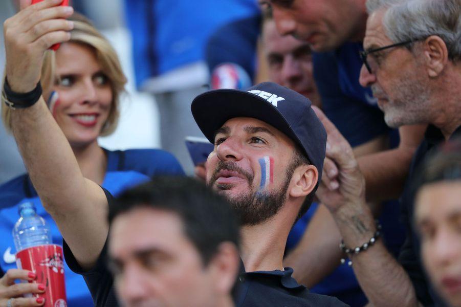 Michaël Youn prend un selfie pendant le match Allemagne-France
