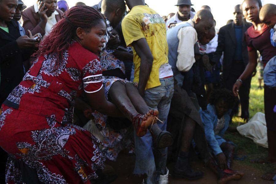 Le Kenya est depuis des mois la cible d'attentats sanglants. Dernier en date, dimanche à Nairobi où des attaques à l'explosif ont ravagé deux cars circulant dans la capitale. Pour l'heure le bilan s'élève à trois morts et des dizaines de blessés. La veille était tout aussi meurtrière. Quatre personnes ont été tuées et une vingtaine blessées dans un attentat à la grenade dans une gare routière de Monbasa. Une autre attaque contre le luxueux Reef Hotel n'a fait que des dégâts matériels.Ces attentats sont imputés aux islamistes somaliens d'Al Chabaab. En septembre dernier, l'organisation terroriste s'en été pris à un centre commercial de Nairobi tuant 67 personnes.