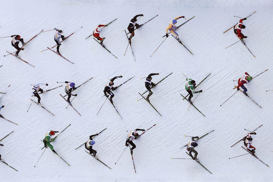 Vue aérienne de la course de ski de fondEngadinSki marathon,près de la station suisse deSaint-Moritz. Selon les organisateurs, près de 13.000 skieurs ont participé à l'évènement.