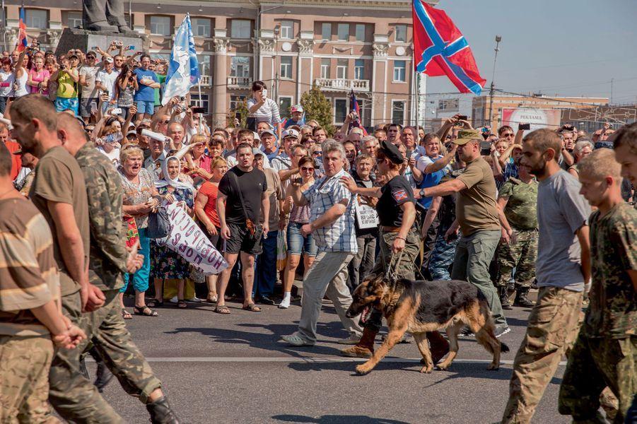 Le 24août, jour du 23e anniversaire de l'indépendance de l'Ukraine, les miliciens prorusses de Donetsk forcent leurs prisonniers, des soldats de l'armée ukrainienne, à défiler place Lénine, sous les crachats et les jets de projectiles d'une partie de la population.