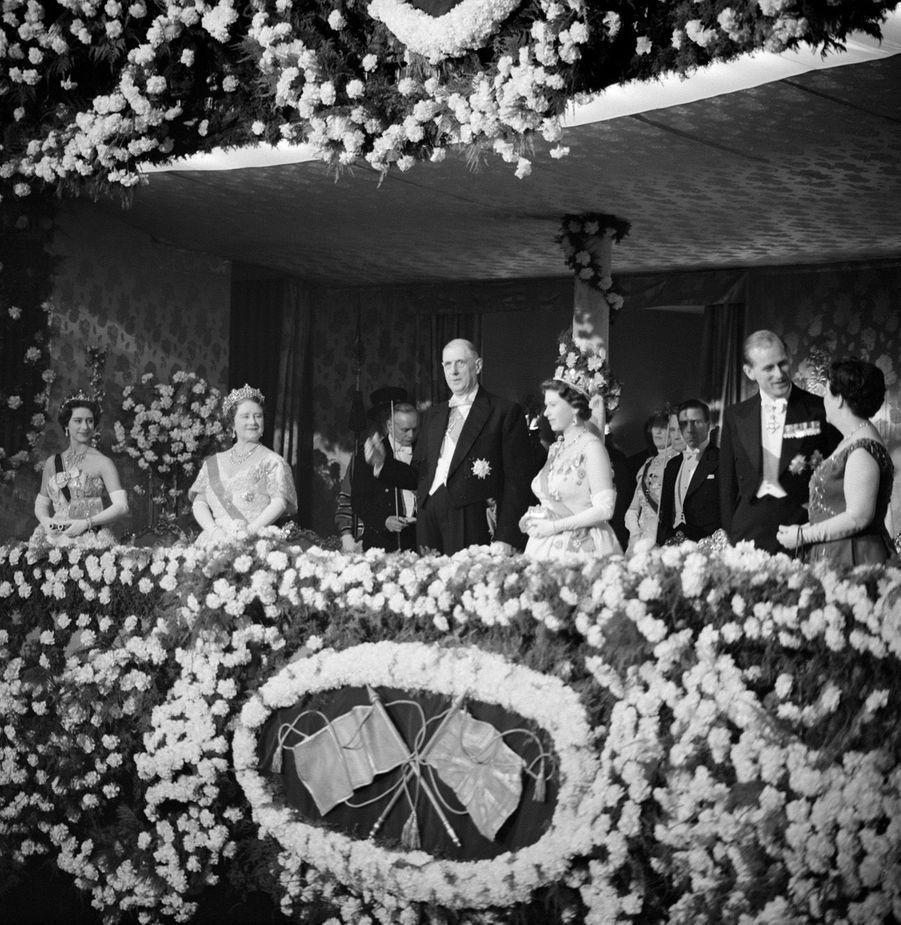 La reine Elizabeth II avec le président de la République Française, Charles de Gaulle, à Londres (avril 1960)