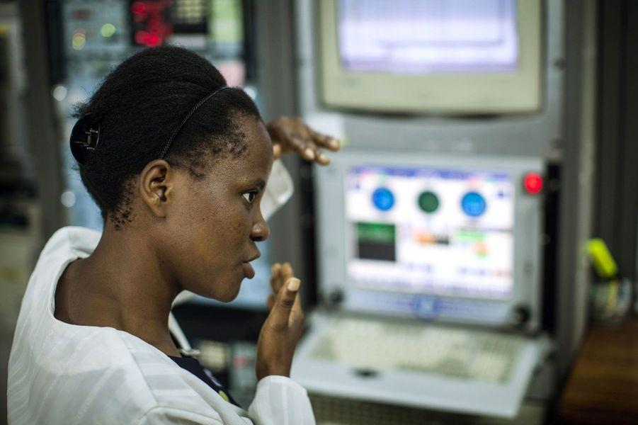 Elle vient d'obtenir sa licence en physique à l'Université de Pwani à Kilifi et compte désormais se spécialiser dans le domaine spatial.Alors que nous venions de fêter le cinquantenaire de l'Agence spatiale européenne(ESA), les femmes sont encore sous-représentées dans les domaines scientifiques avec une proportion de 17% dans la classe des ingénieurs. Elles sont généralement victimes de sexisme de la part de leurs collègues comme le montreles propos exprimés par le prix Nobel 2001 Tim Hunt, le 9 juin dernier.Partant de ce constat, l'agence de photojournalisme Sipa Press a proposé à une équipe de femmes reporters d'aller à la rencontre de ces scientifiques du monde entier, qui font ou feront avancer la science. En passant par Nairobi, Moscou, Munich, ou Bangalore, elles ont fait le portrait de «l'espace au féminin», donnant naissance à une exposition photographique et à une application dédiée aux appareils mobiles.Ainsi, ces diverses enquêtes photographiques révèlent trois générations de femmes, âgées de 10 à 60 ans, tel que le portrait deSamantha Cristoforetti(37 ans), qui est la deuxième européenne à être partie dans l'espace, ou l'histoire de T.K Anuradha (54 ans), qui dirige le programme de satellites de communication indien GSAT.Tous ces portraits seront visibles dans l'exposition«Space Girls Space Women», au Musée des arts et des métiers ou sur les grilles du jardin de l'Observatoire de Paris, du 18 juin au 1ernovembre 2015.