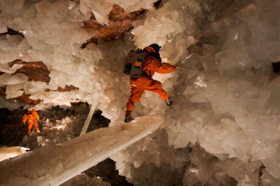 C'est en 2002 que d'étonnantes grottes de cristaux furent découvertes au nord du Mexique, dans le désert de Chihuahua. Ici, s'hérissent les plus grands cristaux jamais répertoriés au monde. Un lieu étonnant à découvrir, pour quiconque entreprend un voyage au Mexique. Situées à 290 mètres en dessous du niveau de la mer, ces grottes font parties des plus grandes découvertes géologiques de ces dernières années.