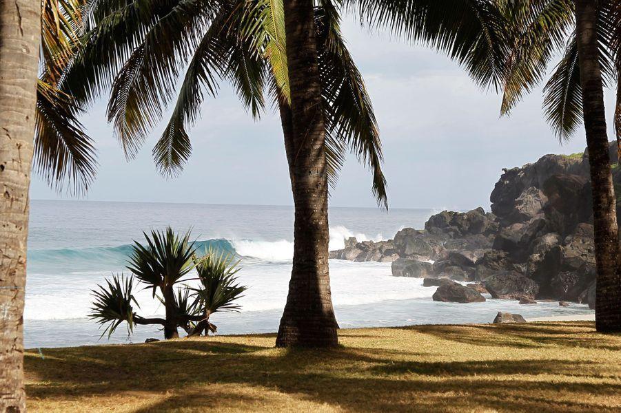 L'île de La Réunion est vivante, surprenante, et continuellement en mouvement. Riche d'un métissage étonnant venu de tout l'Océan Indien, l'île est un endroit attachant où la «Fournaise» reste cependant maîtresse de son territoire.