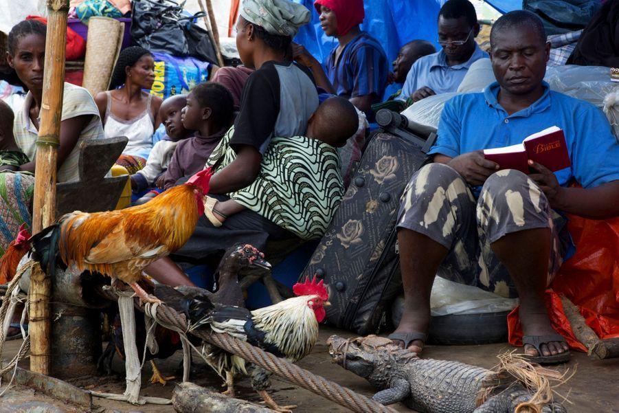 L'heure de la prière incontournable… tout comme celle du commerce. Chacun embarque avec des marchandises (savons, médicaments, vêtements…) à vendre ou à troquer en route contre de la nourriture locale, volailles ou crocodiles livrés en barque par les villageois riverains.