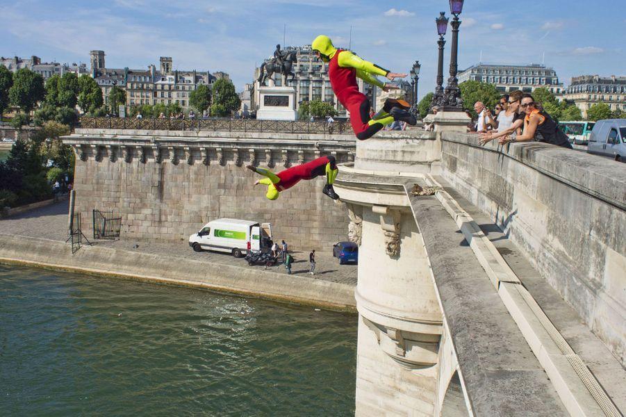 Les sapeurs-pompiers de Paris ont effectué une série de plongeons depuis le Pont-Neuf.