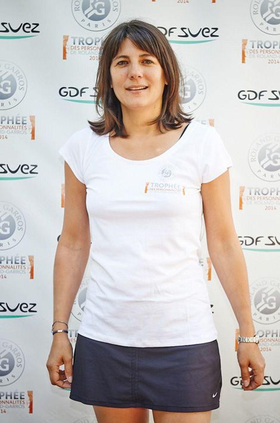Chaque année, en marge de la compétition de Roland Garros, les personnalités françaises s'affrontent sur le court pendant le Trophée des personnalités. Lancée le 3 juin, l'édition 2014 s'est achevée vendredi, sous un soleil de plomb, avec la victoire d'Estelle Denis chez les Dames et de Sylvain Wiltord chez les Messieurs.