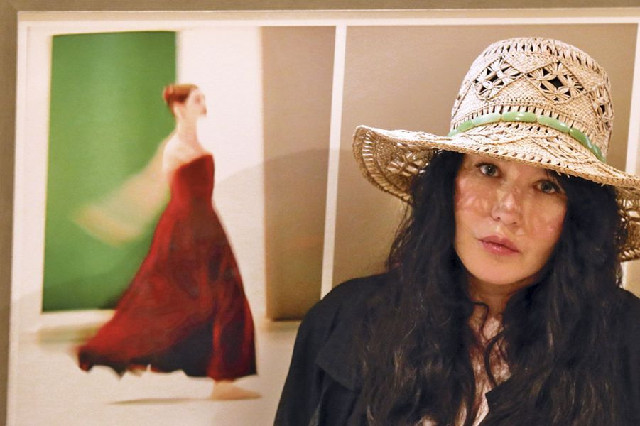 Son regard bleu marine caché derrière des lunettes noires, Isabelle Adjani est venue tranquillement découvrir les photos de son amie Eugénia Grandchamp des Raux quelques heures avant que la foule n'envahisse la galerie de Pierre Passebon. Elle est repartie sous le charme, avec un coup de cœur particulier pour une Aurélie Dupont en robe rouge. Les invités – les étoiles de l'Opéra de Paris, les copines titrées, des créateurs, des socialites – sont bluffés! Icône des années 1980, Clio Goldsmith, qui fut actrice avant d'épouser Mark Shand, le frère de Camilla, l'épouse du prince Charles, débarquait de Londres, fidèle à son look bohème chic. Kenzo, toujours fringant, retrouvait Claude Montana qui n'a pas échappé au poids des années. Toujours élégante, discrète et d'une exquise courtoisie, Delphine Arnault faisait le tour des cimaises, admirative. Comme Gonzague Saint Bris qui s'attarde devant «Le lac des cygnes» et Danièle Thompson qui s'écrie: «C'est magnifique, ces photos sont de véritables tableaux!» Embrassée, congratulée de toutes parts, Eugénia, née avec une petite cuillère de platine dans la bouche et un don certain pour la photo et la danse, raconte: «J'ai débuté par le patinage artistique à 5 ans et enchaîné avec la danse classique et le flamenco! Même lorsque j'ai eu mes enfants, j'ai continué à vivre ma passion.» Par Agathe Godard.
