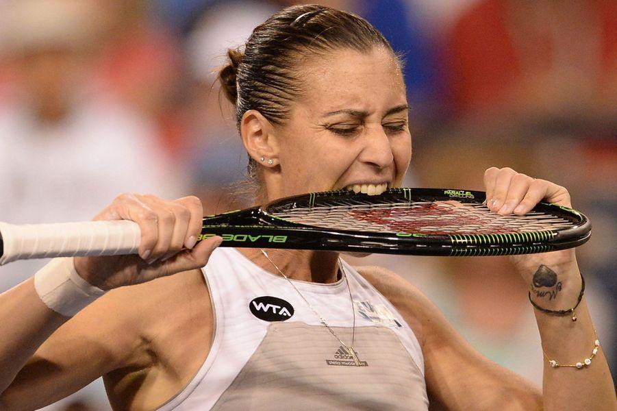 De rage, l'Italienne Flavia Pennetta s'en prend à sa raquette après avoir loupé un point face à Sabine Lisicki,en quart de finale du tournoi d'Indian Wells.