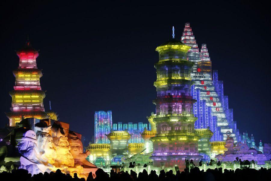 Harbin s'est parée de mille lumières dimanche pour l'ouverture du 30e Festival de sculptures sur glace et de neige. Pendant plusieurs semaines, des milliers de visiteurs vont se presser dans la capitale de la province du Heilongjiang, en Mandchourie, pour admirer ces oeuvres géantes. Parmi elles pour cette édition, un grand château et de nombreuses répliques de monuments célèbres. Harbin compte parmi l'un des plus impressionnants festivals de sculptures sur glace au monde.