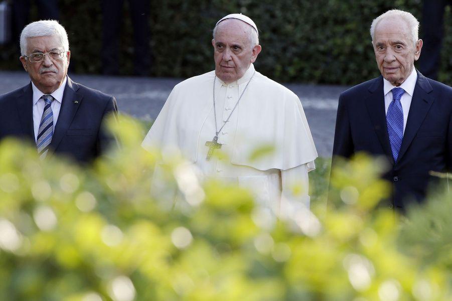 Dimanche au Vatican, le pape François a accueilli les présidents israélien et palestinien, Mahmoud Abbas et Shimon Peres – dont c'était la première rencontre publique depuis un an. Dans les jardins vaticanais, le souverain pontife les a invité à «répondre à la soif de paix de leurs peuples» et à trouver «la force de persévérer dans le dialogue sans se décourager». «Faire la paix exige du courage, beaucoup plus que la guerre», a-t-il déclaré à l'issue d'une réunion sans précédent de prière pour la paix. Autre symbole marquant de cette journée, le pape et les deux chefs d'état ont planté ensemble un olivier.