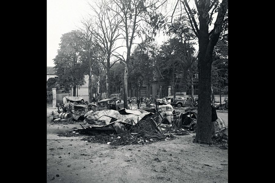 Le 25 août 1944, des voitures brûlées dans Paris libéré