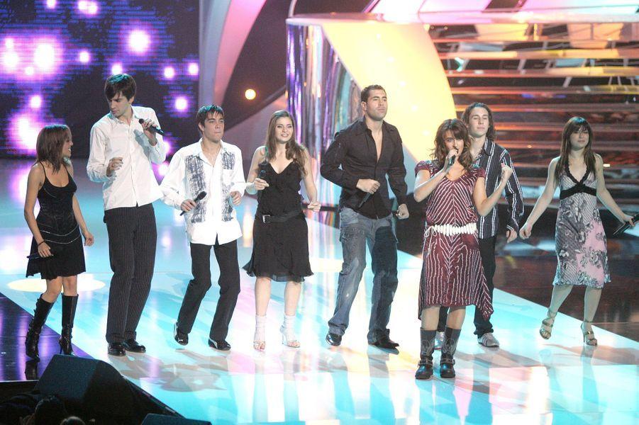 Grégory Lemarchal et ses camarades se produisent lors de l'élection de Miss France, en décembre 2004