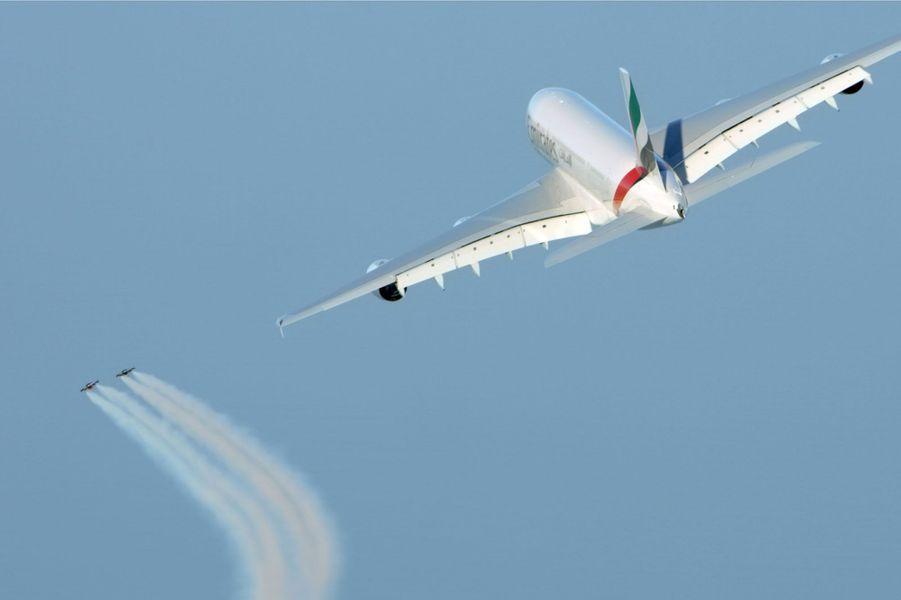 Yves Rossy et Vincent Reffet volent en jetpack à côté d'un A380.