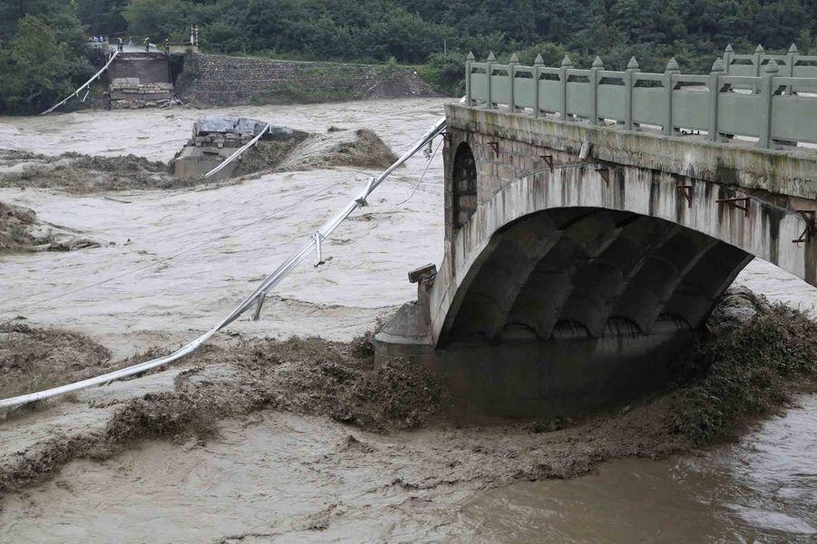 A Jiangyou, dans la province du Sichuan,un pont s'est effondré à cause des intempéries. Plusieurs voitures et des passagers sont tombés dans la rivière lors de l'effondrement.