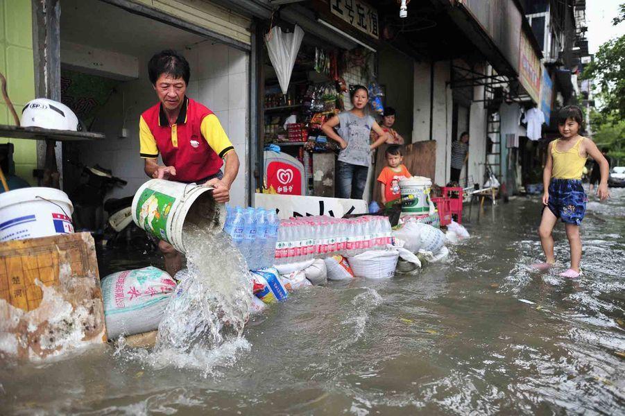 A Wuhan, ce commerçant protège comme il peut sa boutique.